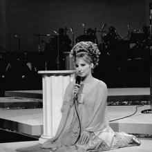 Barbra Streisand, cântând la International Hotel din Las Vegas, iulie 1969
