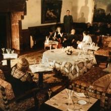 Berghof, Große Halle, Abendgesellschaft (links auf dem mittleren Sofa Eva Braun und Adolf Hitler, an der hinteren Wand sitzend rechts Hitlers Marineadjudant Karl-Jesko von Puttkamer), April/Mai 1944