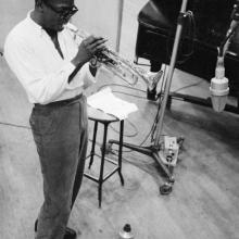 Miles Davis, fotografiat de Aram Avakian, 1955