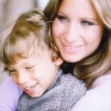 Barbra Streisand și fiul său Jason, în 1972